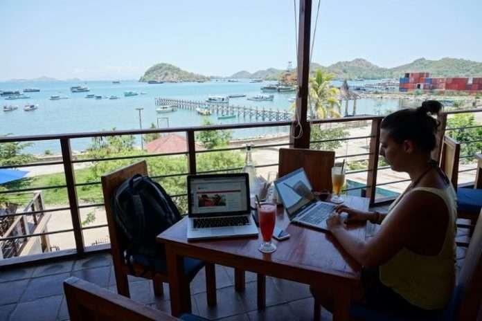 Yo trabajando desde una cafetería con vistas, en Labuan Bajo, Indonésia