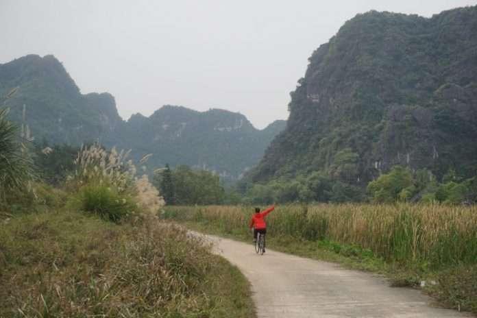 Paseando en bici por las torres cársticas de Tràng An ( Ninh Binh, Vietnam)