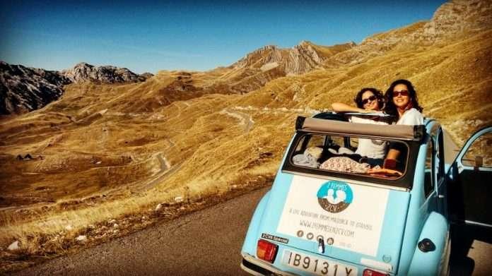 Ana y Eva con Thunder (su 2 Cv) en Montenegro