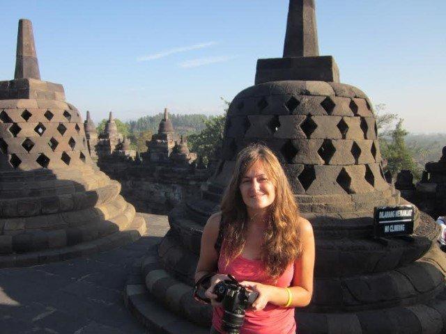 Vanesa en la estupa budista Borobudur (Java, Indondesia)
