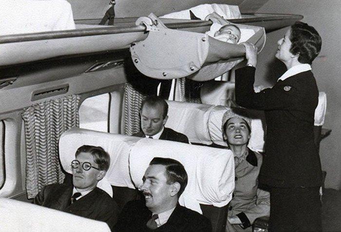 Así viajaban los bebés en avión en los 50