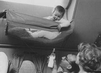 Así viajaban los bebés en avión en los años 50