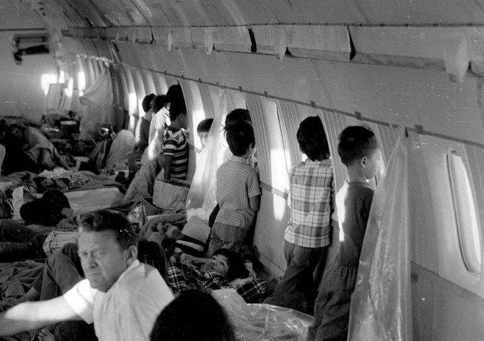 """""""Huérfanos"""" mirando por la ventana a bordo de la Operación Babylift, al final de la Guerra de Vietnam, en Abril de 1975. Fuente: Japan Times"""