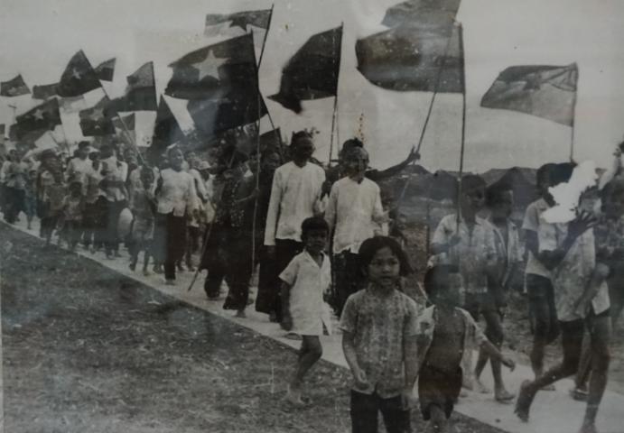 La población recibiendo las tropas de Liberación en Ben Tre, después de la victoria, el 30 de Abril de 1975. Fotografía del archivo del Museo de Ben Tre.