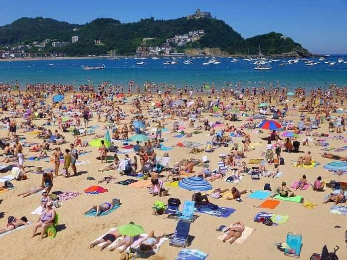 Las-playas-m%C3%A1s-masificadas-de-Espa%C3%B1a-2-wikimedia-Zarateman-696x522.jpg