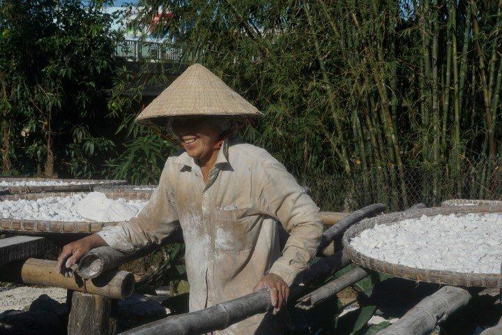 Una mujer trabajando la tapioca. en mi visita a las tierras centrales vietnamitas.