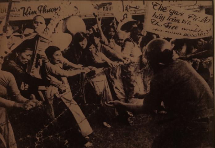 Protesta en contra de la represión. Fotografía del archivo del Museo de Mujeres Vietnamitas, en Hanoi.