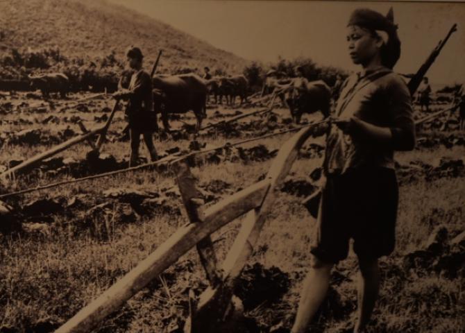 Trabajando en el campo pero preparada para luchar. Fotografía del archivo del Museo de Mujeres Vietnamitas, en Hanoi.