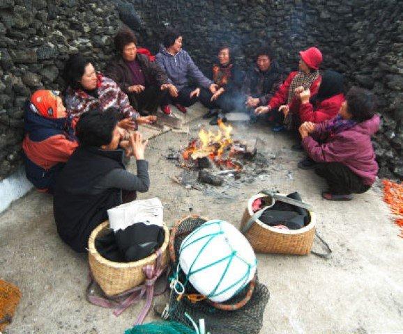Fotografía de un grupo de haenyeo reunidas en el bulteok. Fuente: Haenyeo Museum