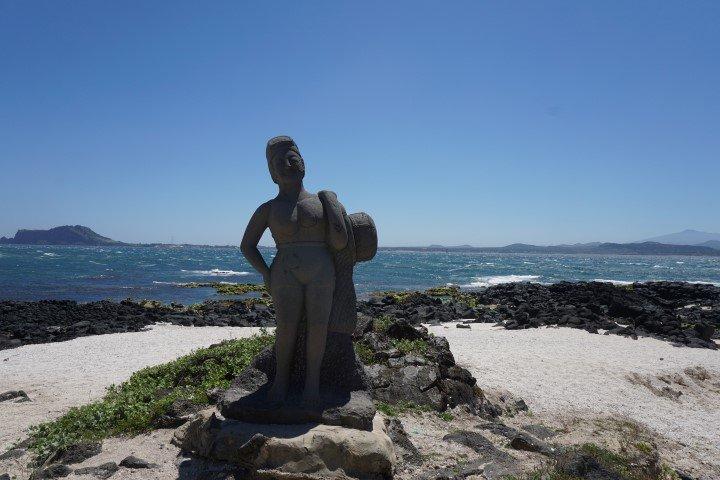 Estatua de una haenyeo en la isleta de Udo, a 15 minutos en ferry de la isla de Jeju. hay estatuas homenajeándolas por todas partes en ambas islas.