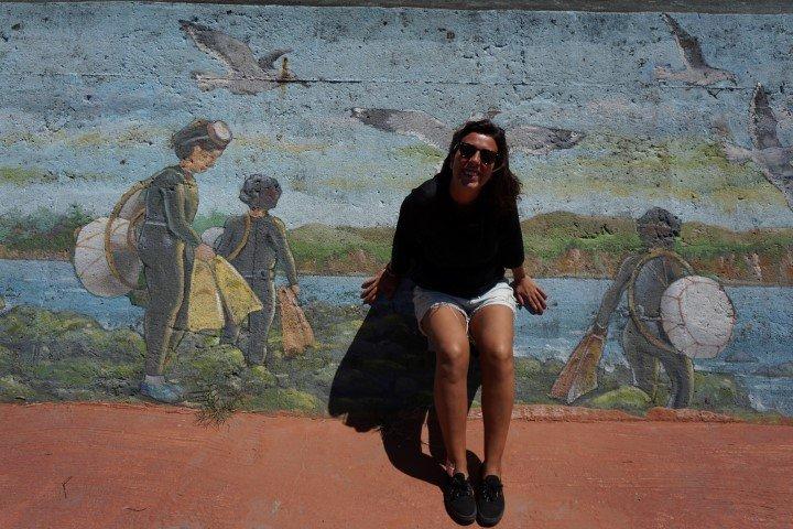 Yo, frente a un mural homenajeando las haenyeo, en la isla de Jeju.