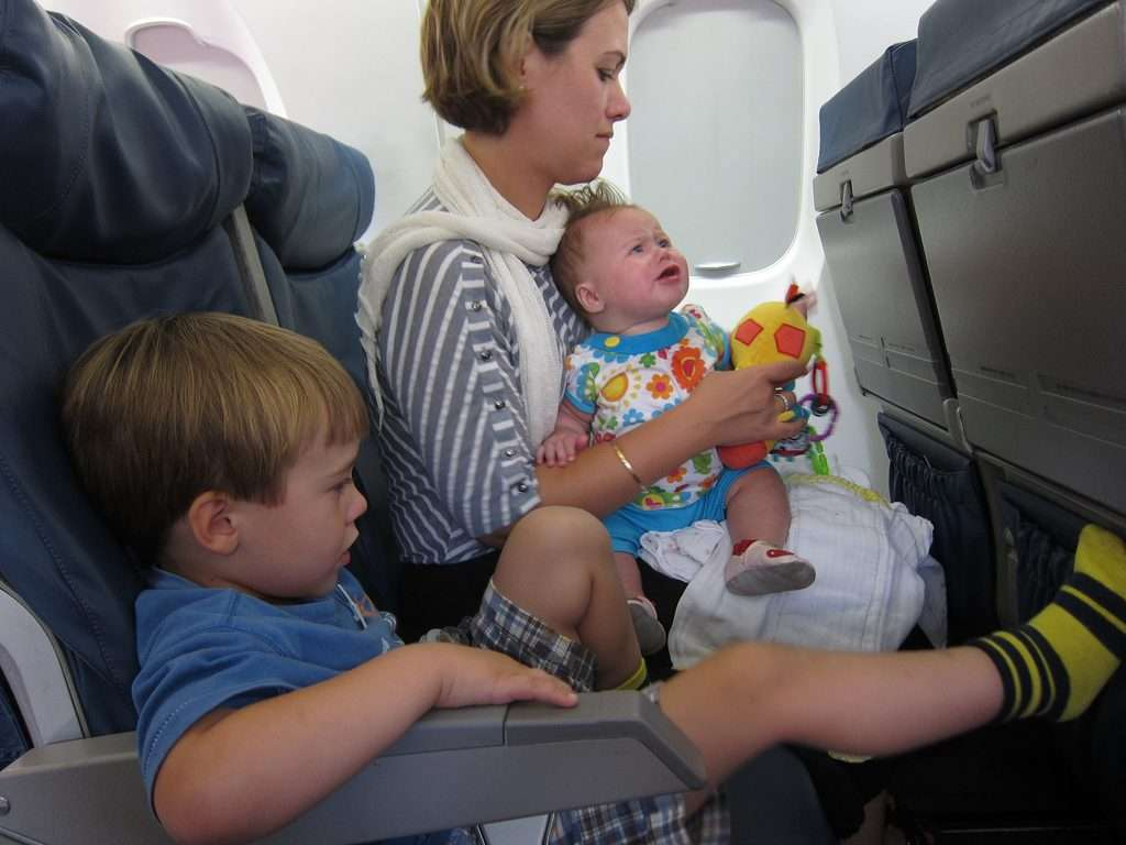 Consejos para viajar por primera vez en avión con un bebé