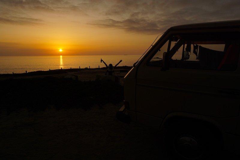 Todos los días con nuestra camper teníamos una cita sobre las 19h: abrir una cerveza y ver el espectáculo del sol despidiéndose en el mar.