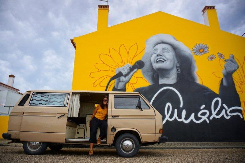 No todo van a ser playas y acantilados, también te encontrarás con arte urbano estupendo de artistas locales.