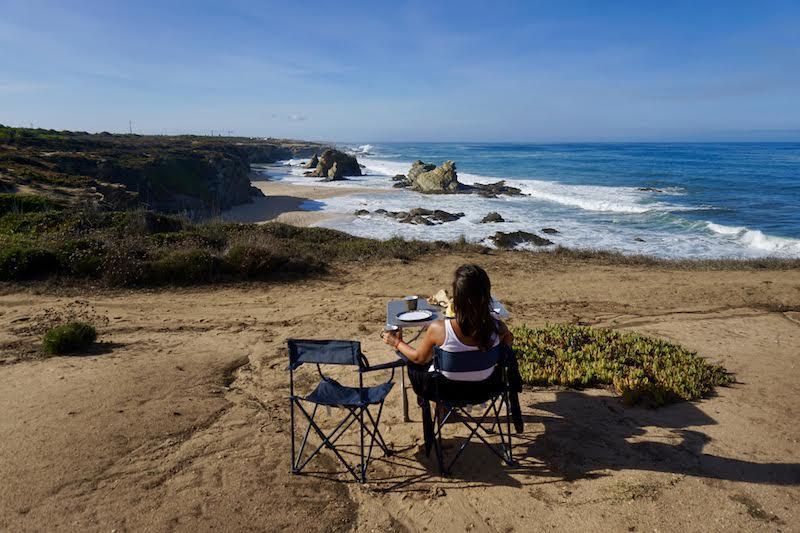 Desayunando frente a la playa de Samouqueira (dejando el local tan limpio o mejor que lo encontramos, un imprescindible en la vida camper). No se nos ocurre mejor escenario en el que empezar el día.