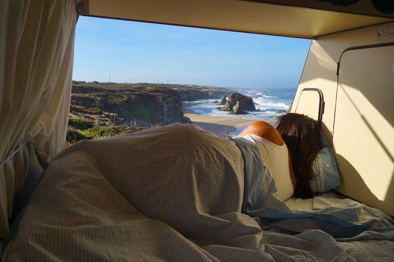 Dormir con el sonido del romper de las olas es mi motivo favorito por el que alquilar una camper para las vacaciones.
