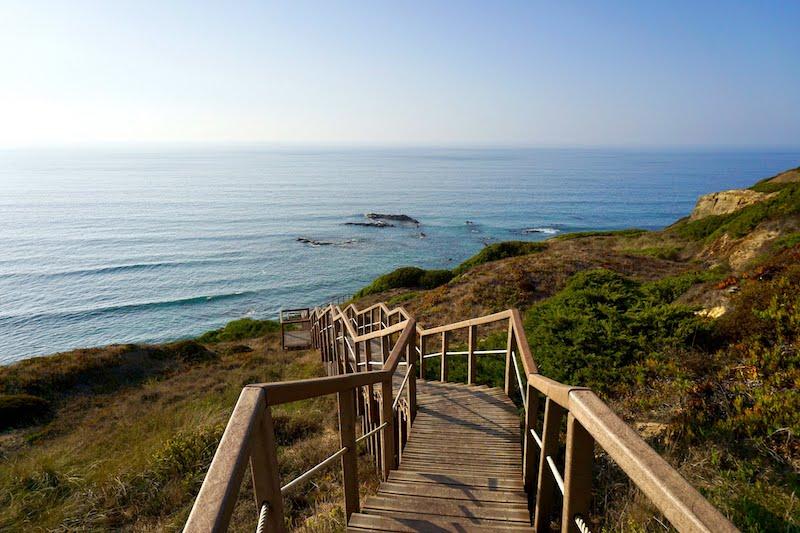 Pasear por los senderos de alguna de las rutas vicentinas te hará descubrir rincones increíbles y playas poco exploradas.