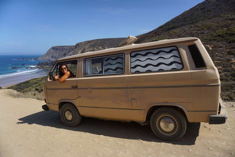 Yo, feliz, en la camper que alquilamos durante una semana en Yescapa: una Volkswagen T3 clásica de color beige de 1985 de la cual no nos queríamos despedir